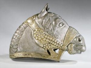 Testa di cavallo, IV secolo d.C, argento dorato, dipartimento di Antichità Orientali, Museo del Louvre, Parigi