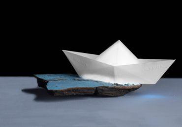 """Sergio Nannicola """"Mari d'Italia – Lasciate ogne speranza voi ch'intrate"""" 2017 – Stampa barca 3d in abs e relitto di legno bruciato"""